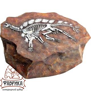 Камень со стегозавром