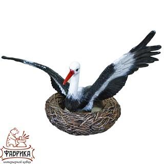 Садовая фигура из полистоуна Аист в Полете с гнездом F07653